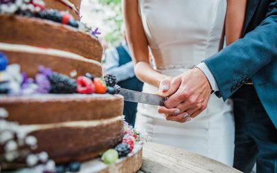 How to find and book a wedding cake maker